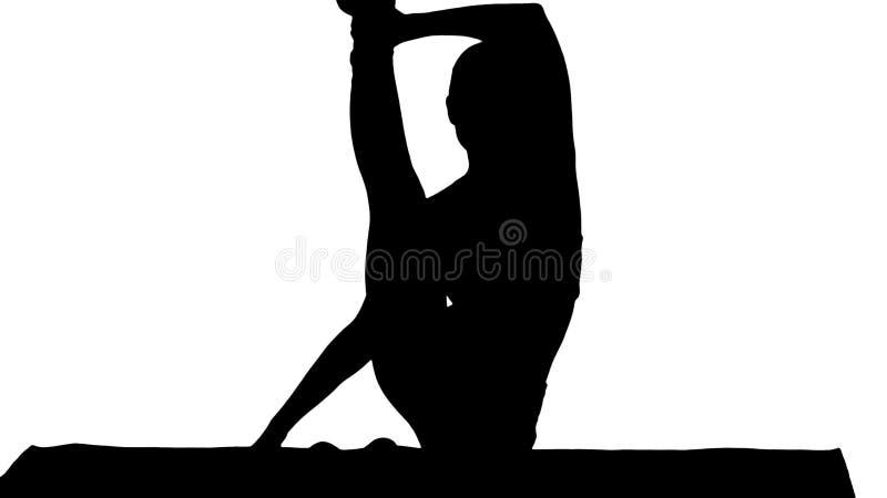 Poserar den sportiga yogiflickan för konturn som gör konditionövning, elasticiteter, yogaasanaen Parivritta Kraunchasana, häger stock illustrationer