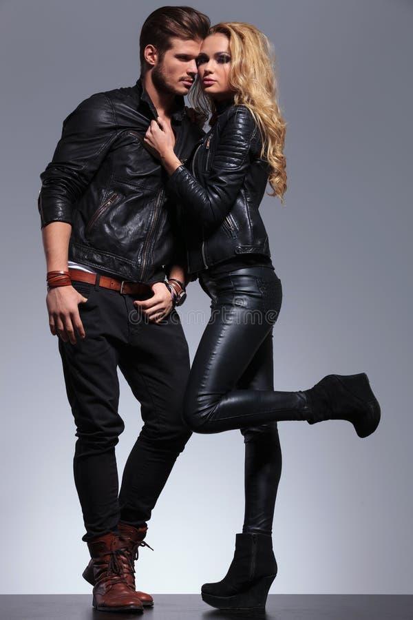 Poserar iklädd läderkläder för par i ett mode arkivfoto