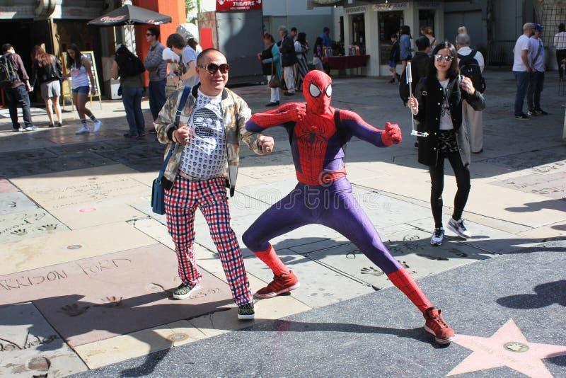 Poses asiatiques de touriste avec Spiderman image stock