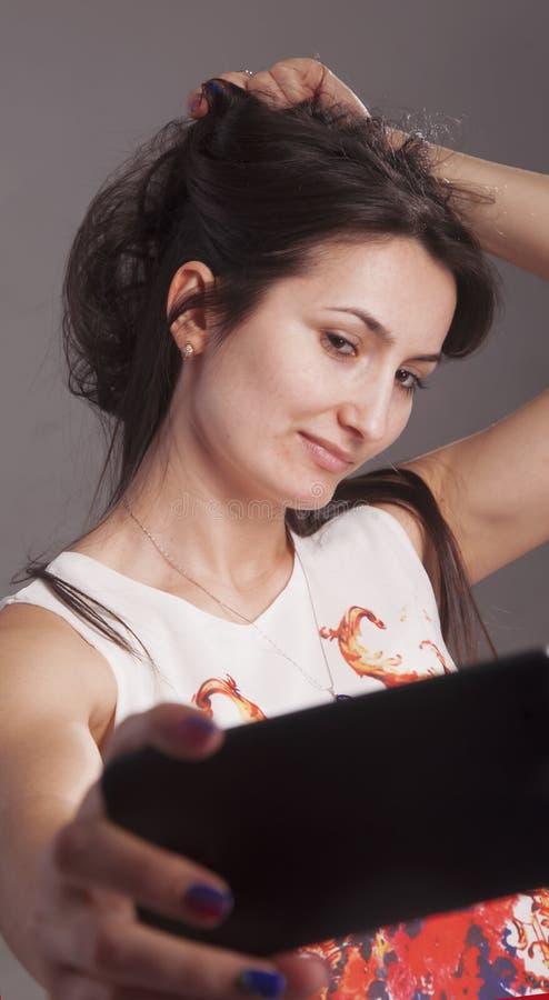 Poses bonitas atrativas da mulher para a foto do selfie Apego, conceito do selfimaniya imagem de stock royalty free
