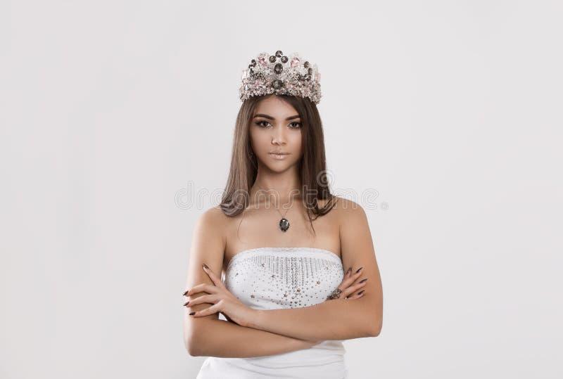Poses da mulher para a coroa vestindo do compartimento imagem de stock