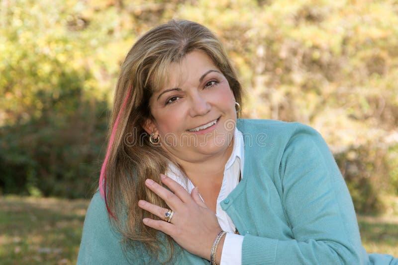 Poses da senhora com um sorriso bonito fotos de stock royalty free