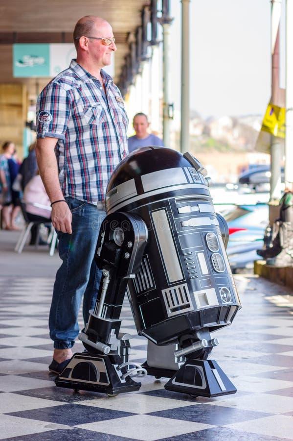 Poses de fan avec le droid de Star Wars image libre de droits