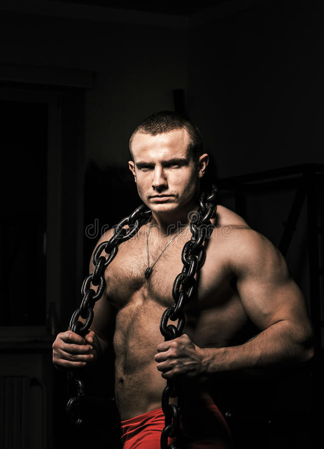 Poses fortes de mâle tenant la chaîne en acier images stock