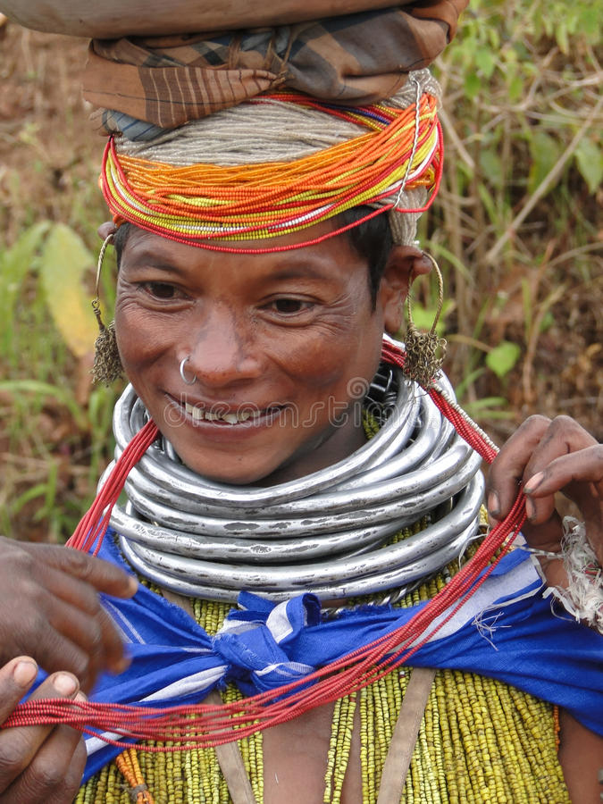 Poses tribales de femme de Bonda pour une verticale images libres de droits