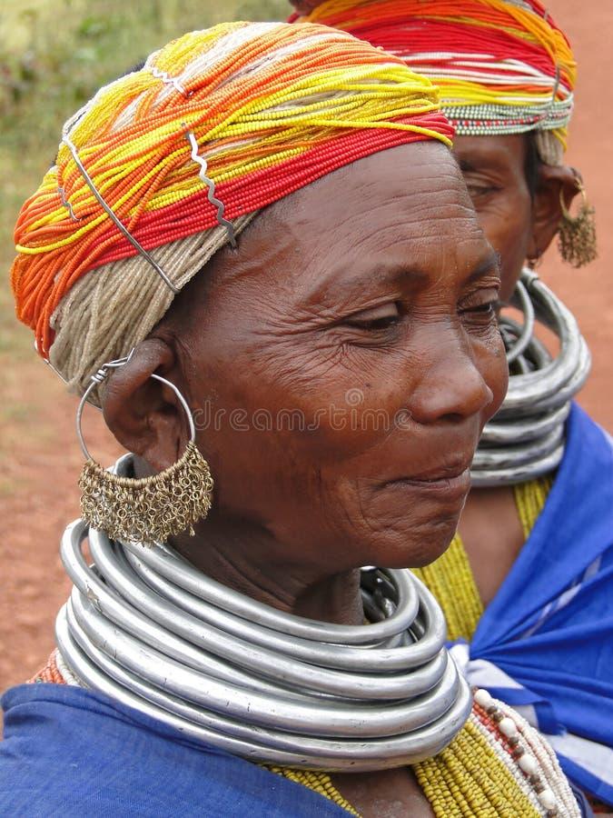 Poses tribales de femme de Bonda pour une verticale photographie stock