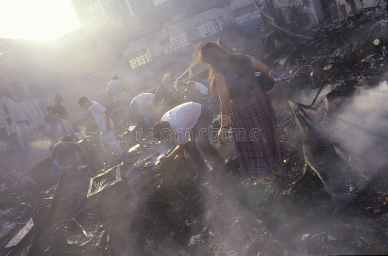 Posesiones que salvan después de alborotos, Los Ángeles central del sur, California de la familia fotos de archivo