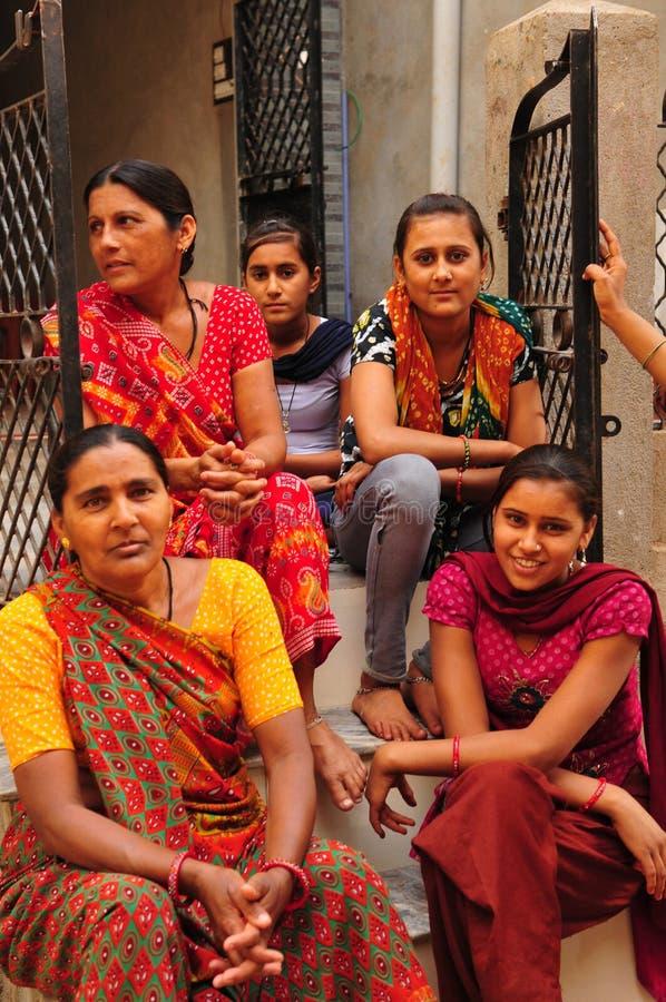 Poshina/Gujarat: Mulheres indianas que sentam-se em uma escadaria imagem de stock royalty free