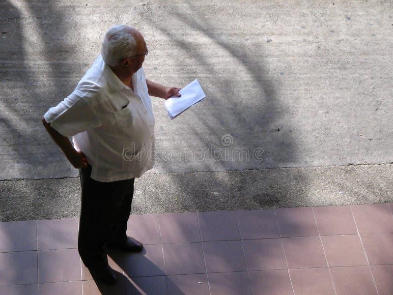 Posição adulta superior em uma rua e vista ao lado, vista aérea fotos de stock royalty free