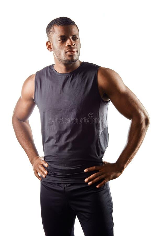 Posição africana nova considerável segura do homem com mãos nos quadris contra o fundo branco foto de stock royalty free