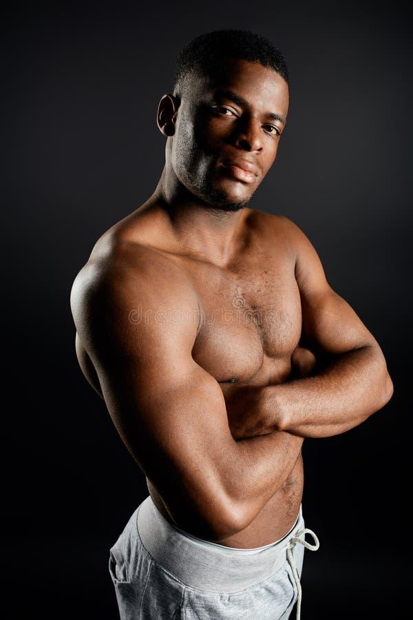 Posição afro-americano descamisado considerável do indivíduo com braços cruzados fotos de stock royalty free