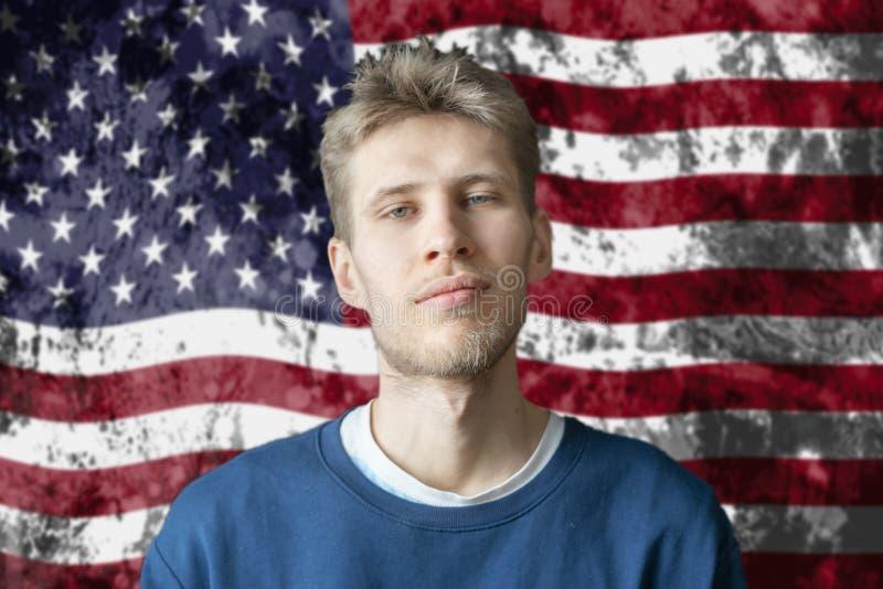 Posição americana considerável da estudante universitário no fundo b da bandeira americana imagens de stock royalty free