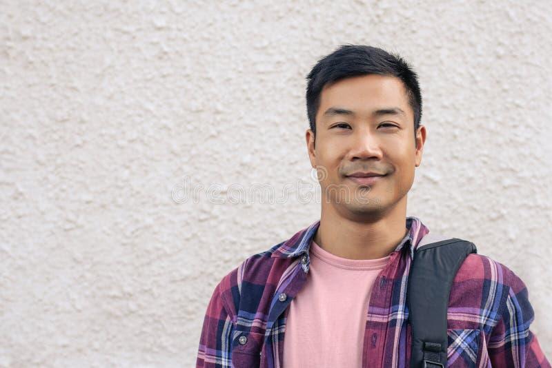 Posição asiática considerável do homem exterior na cidade foto de stock royalty free