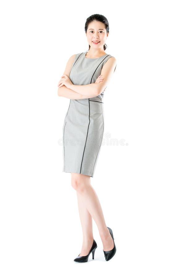 Posição asiática segura bonita do braço da cruz da mulher de negócio fotos de stock royalty free