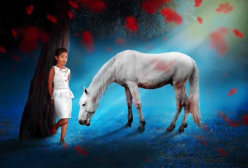 Posição bonita da menina do amigo do cavalo sob a noite mágica da árvore imagens de stock royalty free