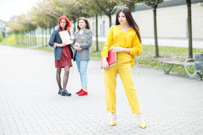 Posição bonita do estudante com um dobrador Conceito, exames, amizade e grupo de pessoas da educa??o imagens de stock royalty free