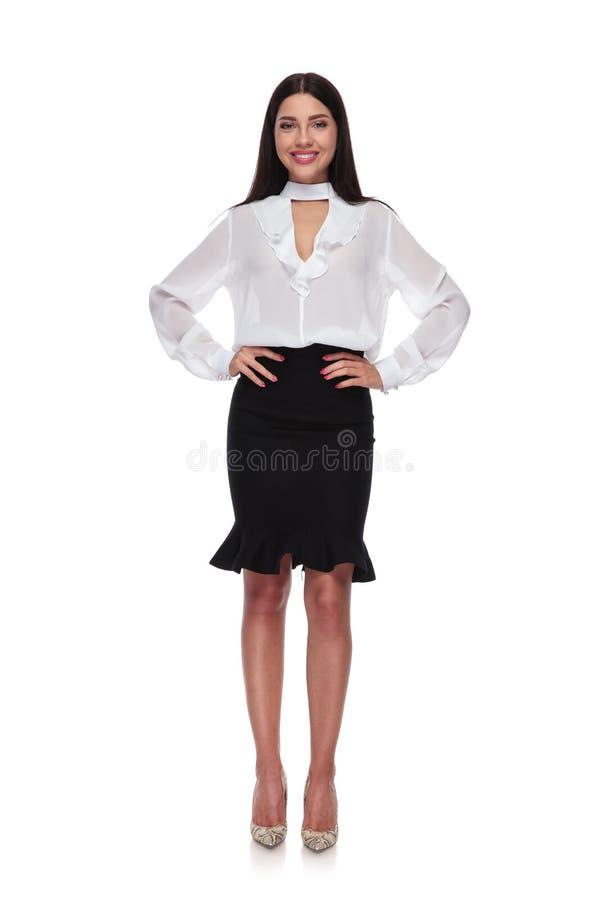 Posição bonita e segura da mulher de negócios foto de stock royalty free