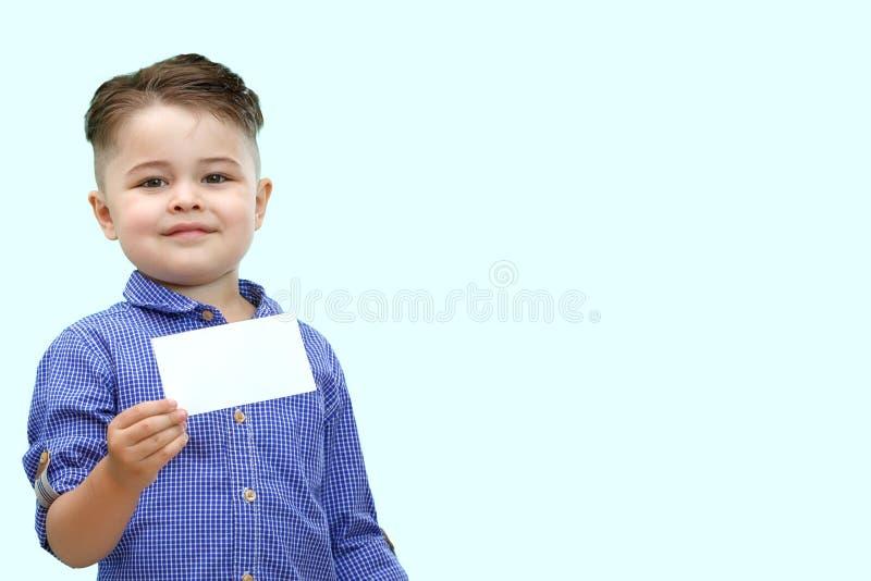 Posição bonito do menino com placa vazia nas mãos, isoladas no branco imagens de stock royalty free