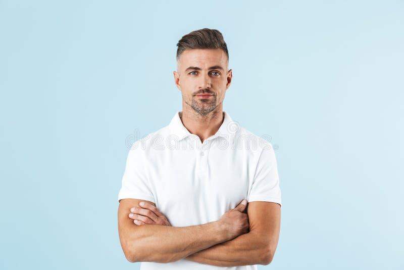 Posição branca vestindo considerável do t-shirt do homem novo imagem de stock