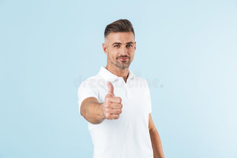 Posição branca vestindo considerável do t-shirt do homem novo imagens de stock