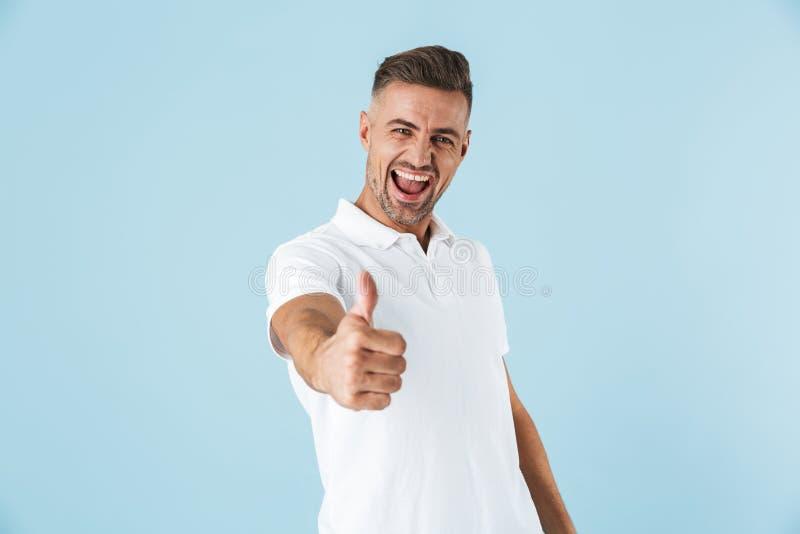 Posição branca vestindo considerável do t-shirt do homem novo fotos de stock royalty free
