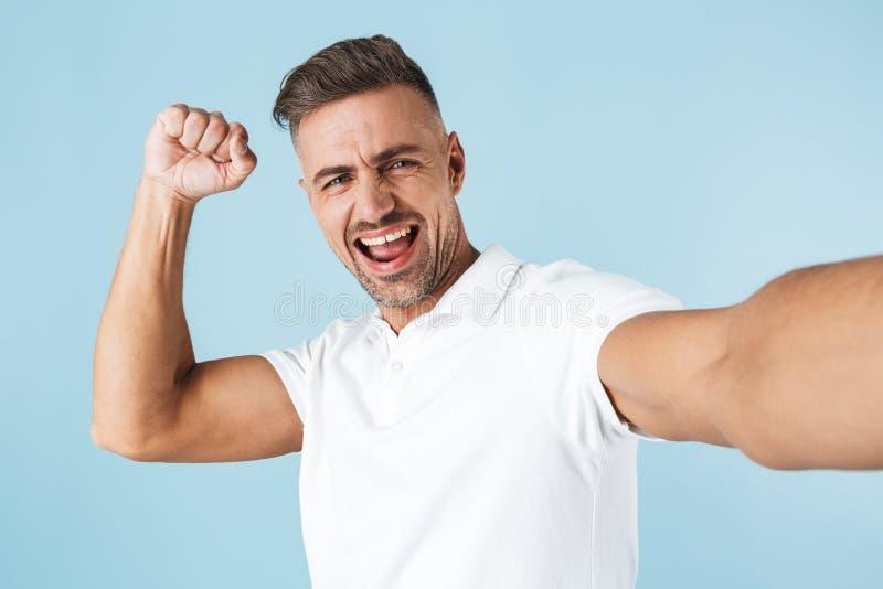 Posição branca vestindo considerável do t-shirt do homem novo imagens de stock royalty free