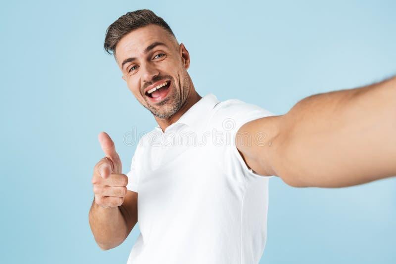 Posição branca vestindo considerável do t-shirt do homem novo imagem de stock royalty free