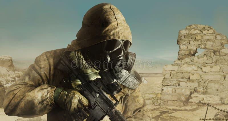 Posição cargo-apocalíptico do soldado do deserto com opinião do perfil do rifle foto de stock