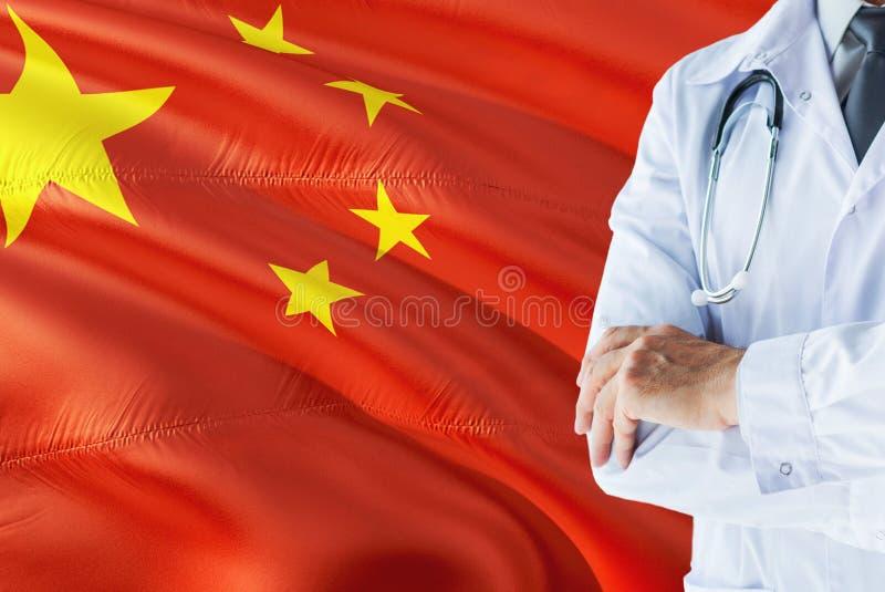 Posição chinesa do doutor com o estetoscópio no fundo da bandeira de China Conceito de sistema de sa?de nacional, tema m?dico fotos de stock