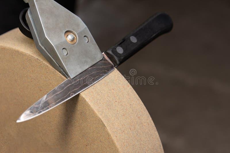 A posição correta do suporte da faca e da faca próprio sobre a mó fotografia de stock royalty free