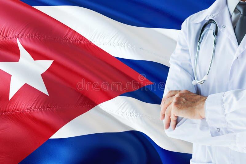 Posição cubana do doutor com o estetoscópio no fundo da bandeira de Cuba Conceito de sistema de sa?de nacional, tema m?dico imagens de stock