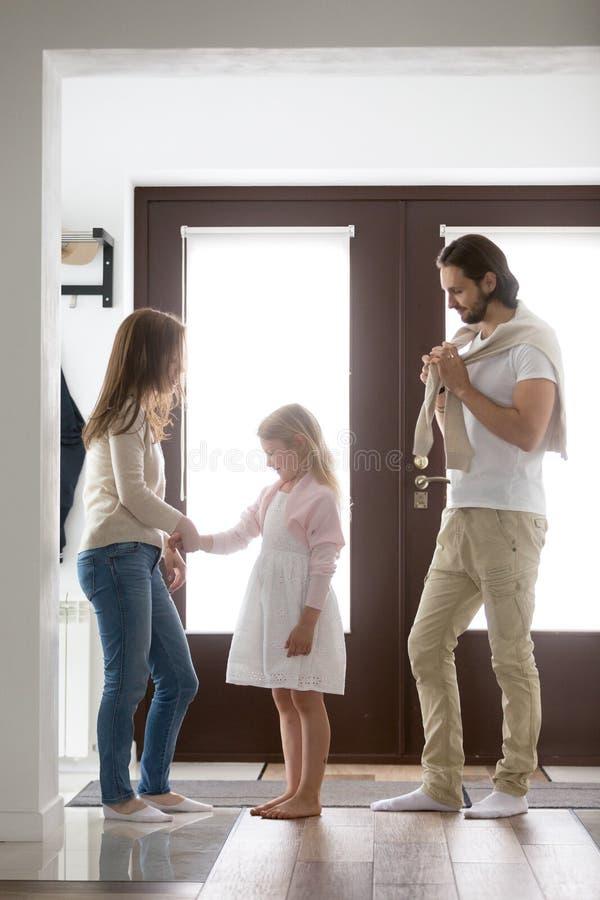 Posição da família no corredor e recolhimento para uma caminhada foto de stock royalty free