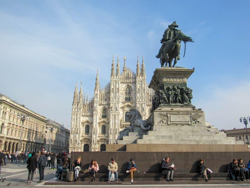Posição da igreja de Milan Cathedral orgulhosa em Praça del Domo em Milão, Lombardy, Itália no fevereiro de 2018 foto de stock