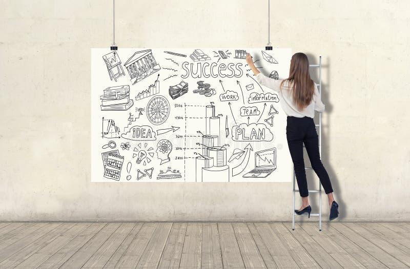 Posição da jovem mulher em uma escada e tiragem de um esboço do plano de negócios em uma bandeira branca 3d rendem elementos na c foto de stock