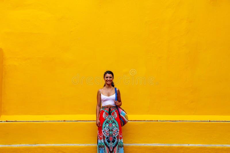 Posição da menina em uma parede da rua em Valladolid, México imagens de stock royalty free