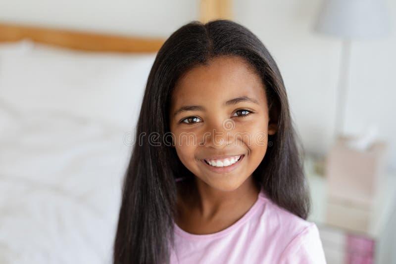 Posição da menina no quarto em casa imagem de stock royalty free