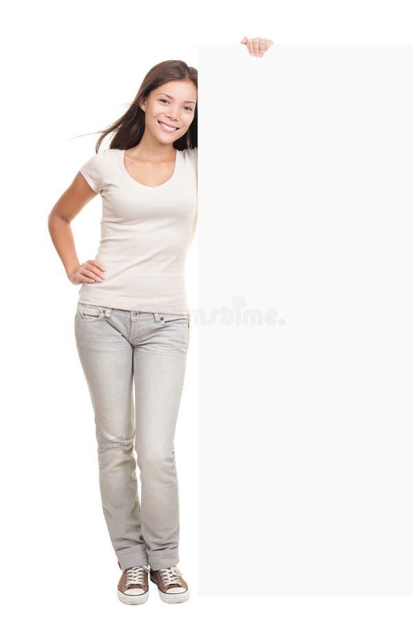 Posição da mulher da bandeira do quadro de avisos imagens de stock