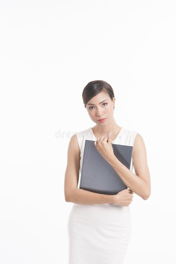 Posição da mulher de negócio, arquivo de terra arrendada e acautelar-se o vestido branco fotografia de stock