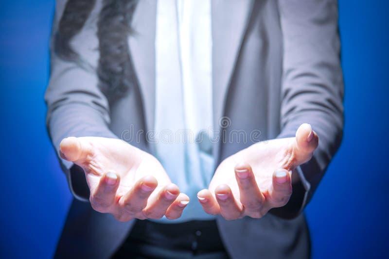 Posição da mulher de negócio com exibição aberta da palma ou guardar algo fotografia de stock royalty free