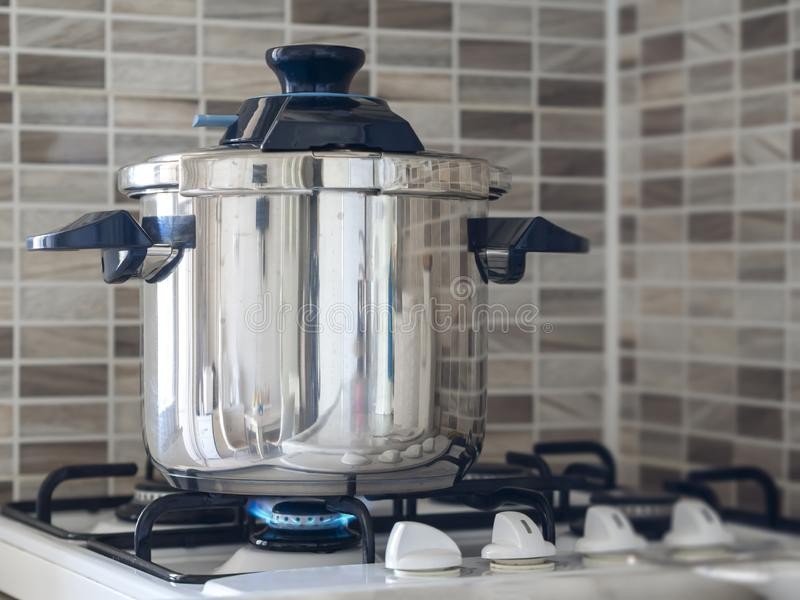 Posição de aço metálica do fogão de pressão no forno na cozinha e em cozinhar o cozimento fotografia de stock