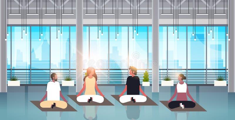 Posição de lótus de assento dos povos da raça da mistura que faz o interior moderno do gym do conceito do abrandamento da meditaç ilustração do vetor