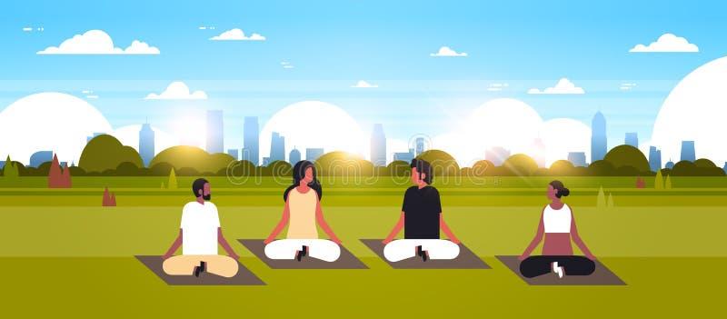 Posição de lótus de assento dos povos da raça da mistura que faz a paisagem urbana do parque do conceito do abrandamento da medit ilustração stock