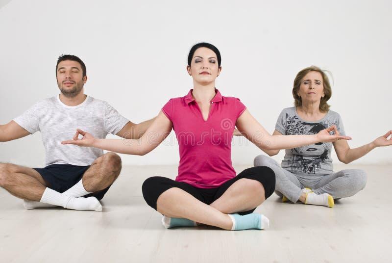 Posição de lótus da ioga do grupo dos povos imagens de stock royalty free