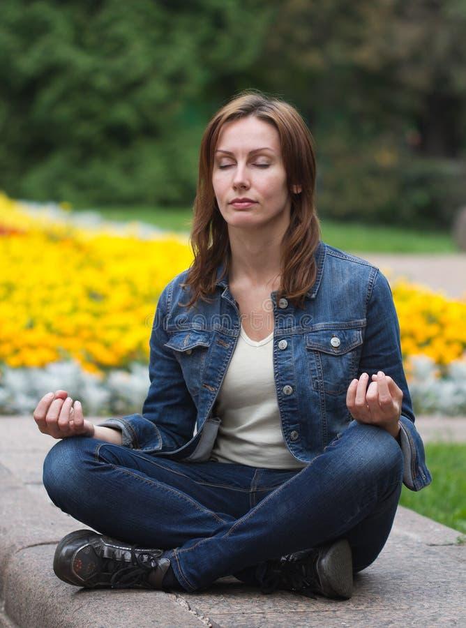 Posição de lótus do zen da jovem mulher imagens de stock royalty free