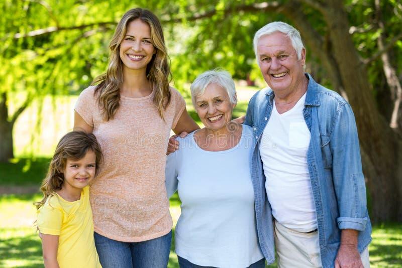 Posição de sorriso da família fotos de stock royalty free