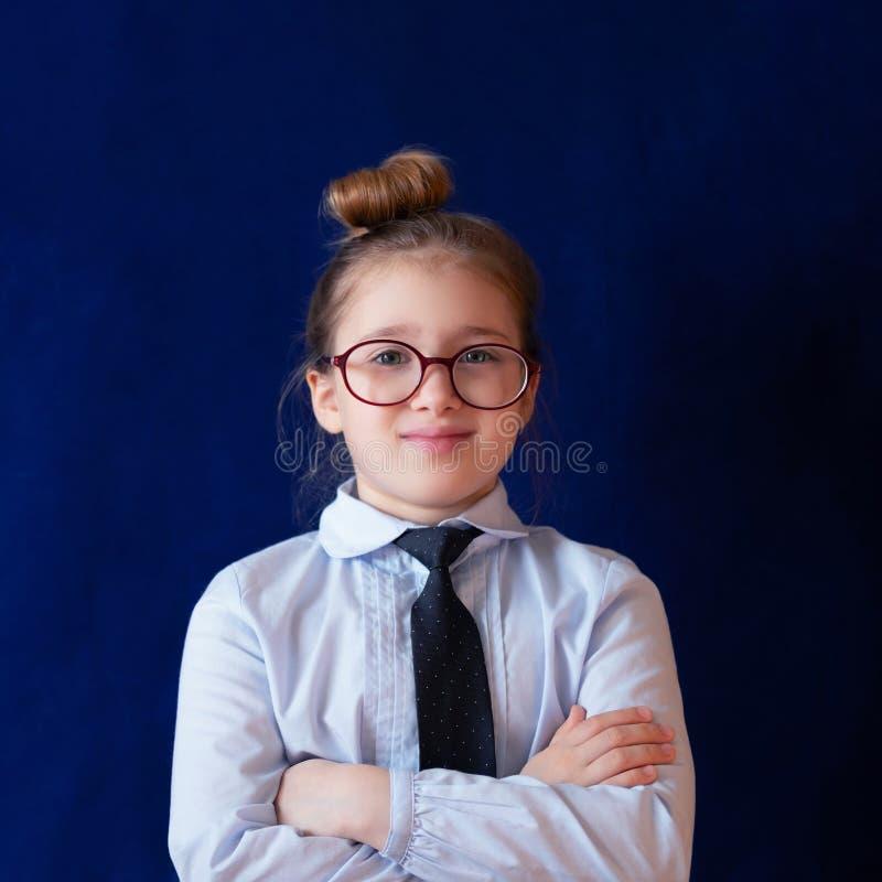 Posição diligente do estudante da escola com braços cruzados imagem de stock
