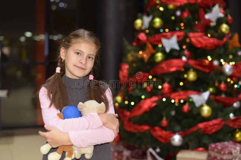 Posição do adolescente perto da árvore de Natal elegante com presentes fotos de stock