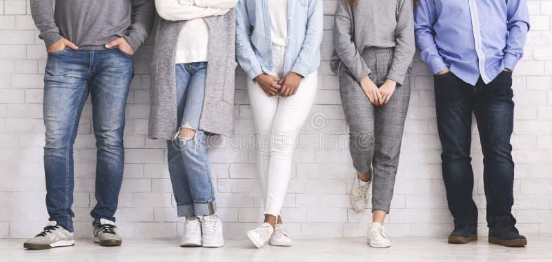Posição do grupo de pessoas na fileira, nos pés ou na equipe nova fotografia de stock