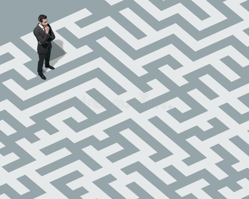 Posição do homem de negócios em um labirinto e pesquisa por uma maneira para fora fotos de stock