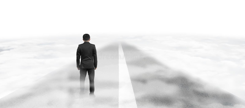 Posição do homem de negócios na estrada asfaltada no céu acima das nuvens fotografia de stock royalty free